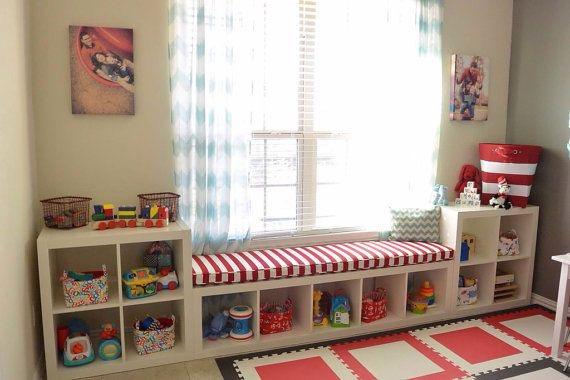 otra forma de guardar los juguetes es en cajas de madera y los cuentos con baldas finas para que los nios los tengan a la vista y les apetezca leerlos
